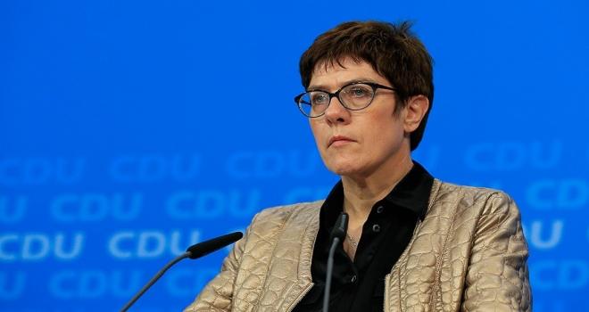 Almanya'da Merkelin halefi Annegret KrampKarrenbauer oldu
