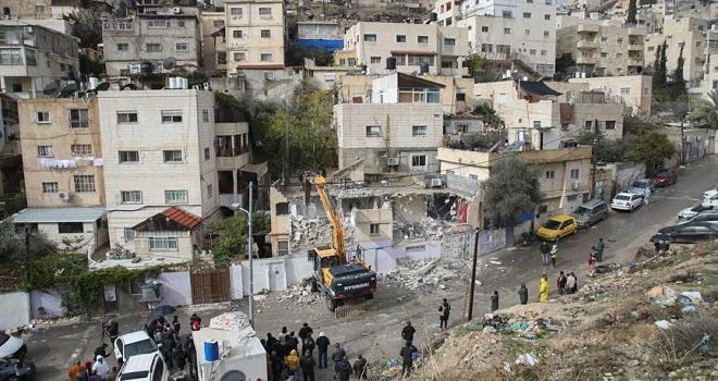 İsrail Filistinli'nin evini kendi elleriyle yıktırdı