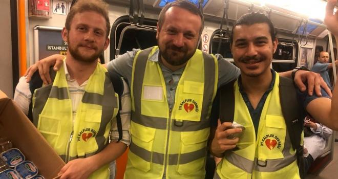 Bayrampaşa'nın İyi Kalpleri Metroda İftara Geç Kalanlara Su ve Kek Dağıttı