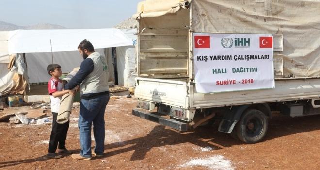 İdlib'teki kamplara halı ve portatif yatak yardımı